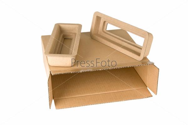 Открытая картонная коробка, изолированная