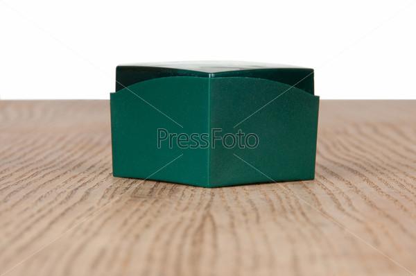 Большой зеленый ящик на столе