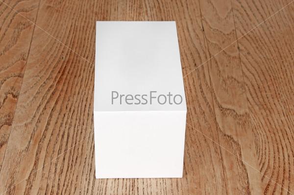 Фотография на тему Белая коробка на столе