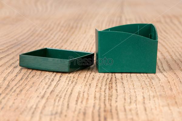 Фотография на тему Большой зеленый ящик на столе
