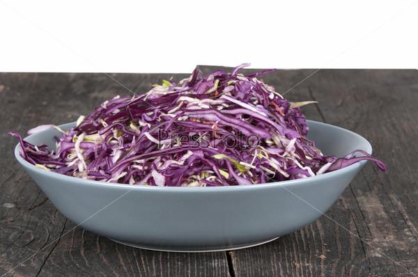 Салат из красной капусты в тарелке