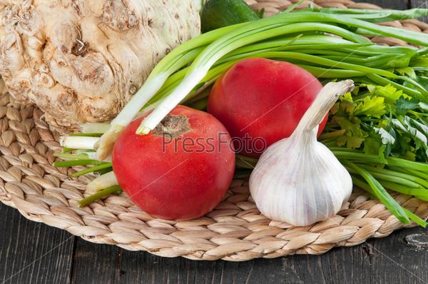Свежие ингредиенты для приготовления пищи на столе