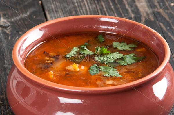 Фасолевый суп с петрушкой на столе