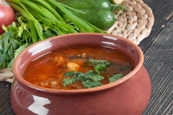 Фасолевый суп и свежие ингредиенты для приготовления пищи