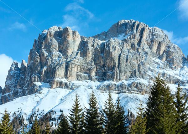 Красивый зимние скалистый горный пейзаж. Великая Доломитовая дорога