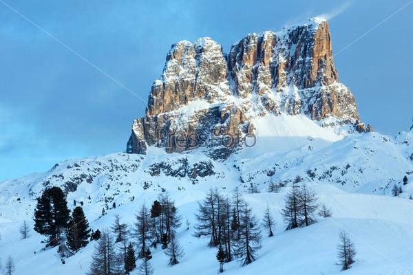 Красивый зимний горный пейзаж