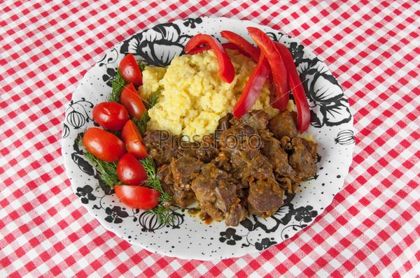 Тушеные рис и баранина с овощами