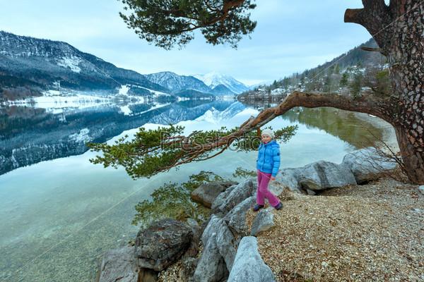Фотография на тему Вид на альпийское озеро и девочка