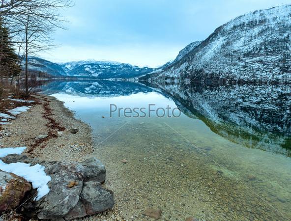 Вид на альпийское озеро зима