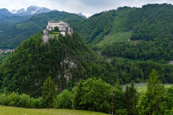 Замок в летних Альпах