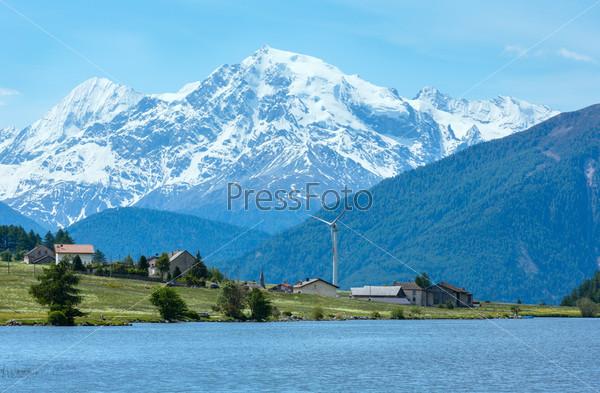 Летий вид альпийского озера Решензее, Италия