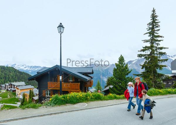 Фотография на тему Деревня Беттмеральп (Швейцария) и семья