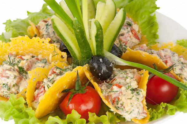 Овощной салат в сырных чипсах