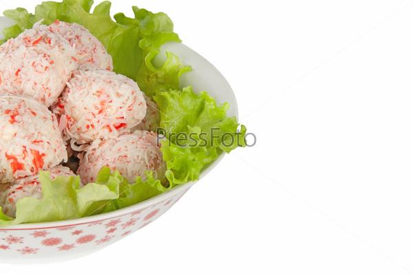 Крабовые шарики с листьями салата