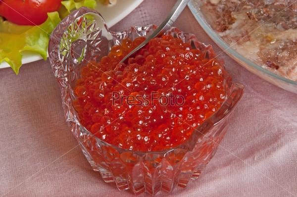 Красная икра в тарелке