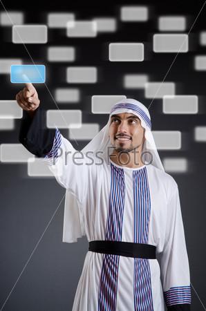 Фотография на тему Арабский бизнесмен нажимает на виртуальные кнопки