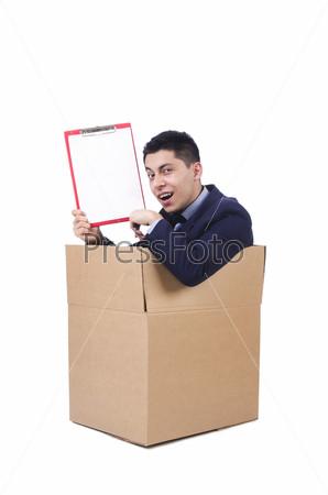 Молодой мужчина с планшетом в коробке