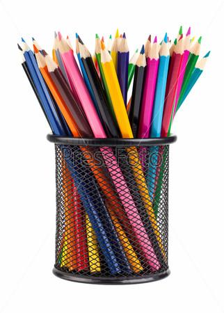 Различные цветные карандаши в черной подставке