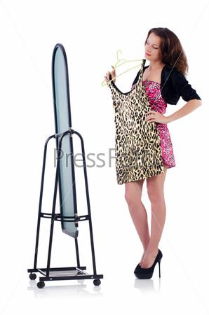 Женщина с зеркалом меряет новую одежду