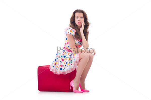 Женщина с красным чемоданом, изолированная на белом