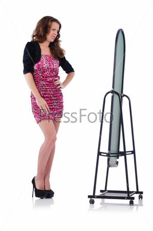Фотография на тему Женщина с зеркалом меряет новую одежду