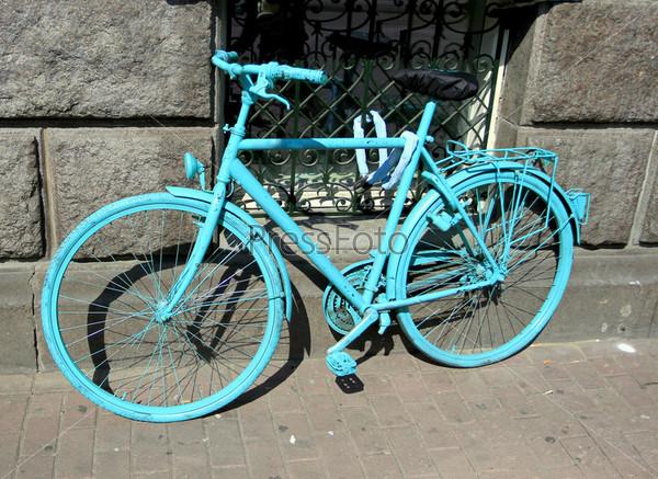 Велосипед, припаркованный на улице Амстердама, Голландия