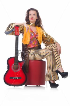 Женщина с гитарой в мексиканской одежде