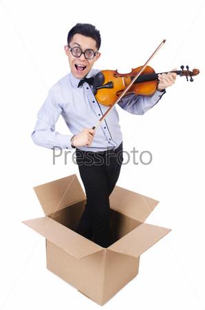 Человек играет на скрипке из коробки