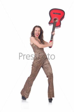 Женщина в леопардовом костюме с гитарой на белом фоне