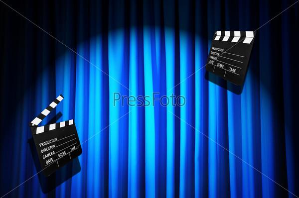 Кино-хлопушка на фоне занавеса