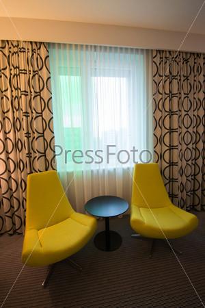 Красивые кресла в комнате