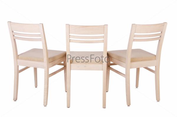 Набор стульев, изолированных на белом фоне