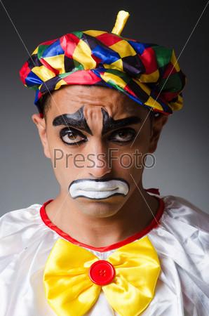 Печальный клоун на темном фоне