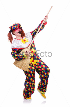 Фотография на тему Клоун с метлой, изолированный на белом фоне