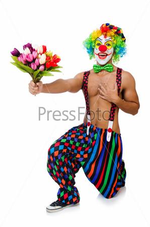 Клоун с цветами на белом фоне