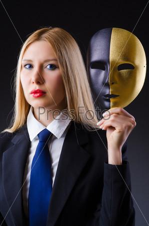 Фотография на тему Женщина с маской в концепции лицемерия