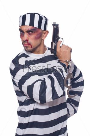 Сильно избитый заключенный с оружием