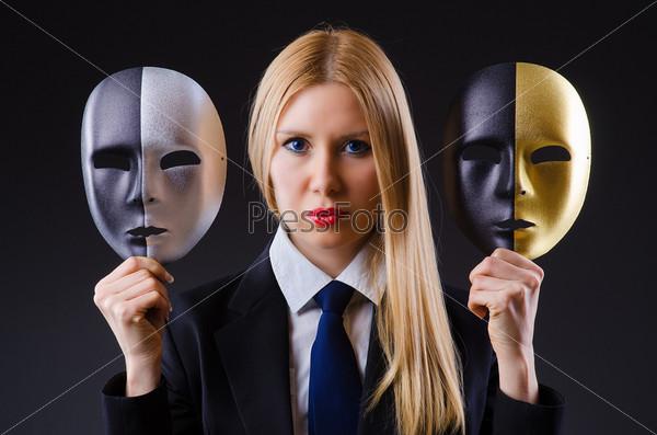 Женщина с масками в концепции лицемерия