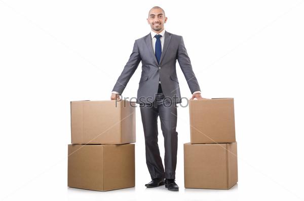 Бизнесмен с коробками, изолированный на белом фоне