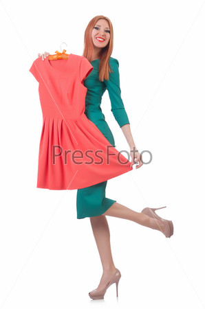 Женщина примеряет новую одежду на белом фоне