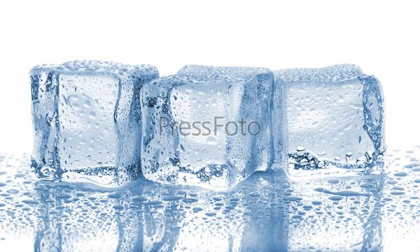 Три тающих кубика льда с каплями воды