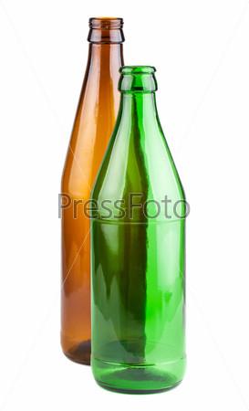 Пустые зеленая и коричневая пивные бутылки