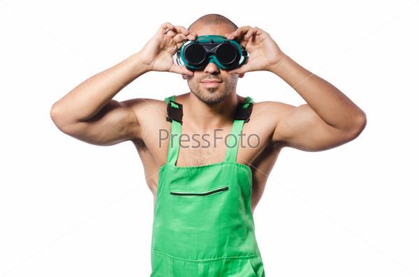 Мужчина в зеленом комбинезоне с очками