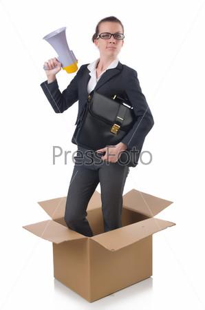 Деловая женщина с громкоговорителем в коробке