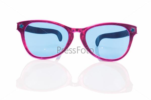 Солнцезащитные очки, изолированные на белом
