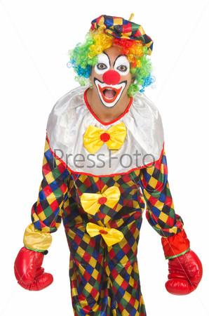 Клоун с боксерскими перчатками, изолированный на белом фоне