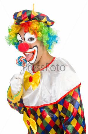 Клоун с леденцами, изолированный на белом фоне