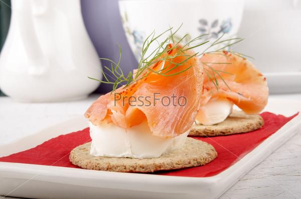 Фотография на тему Овсяные лепешки с мягким сыром и лососем