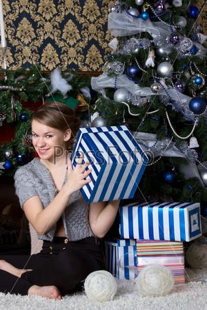 Фотография на тему Счастливая удивленная женщина дома