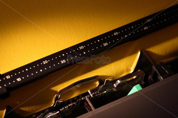 Фотография на тему Пишущая машинка с чистой бумагой